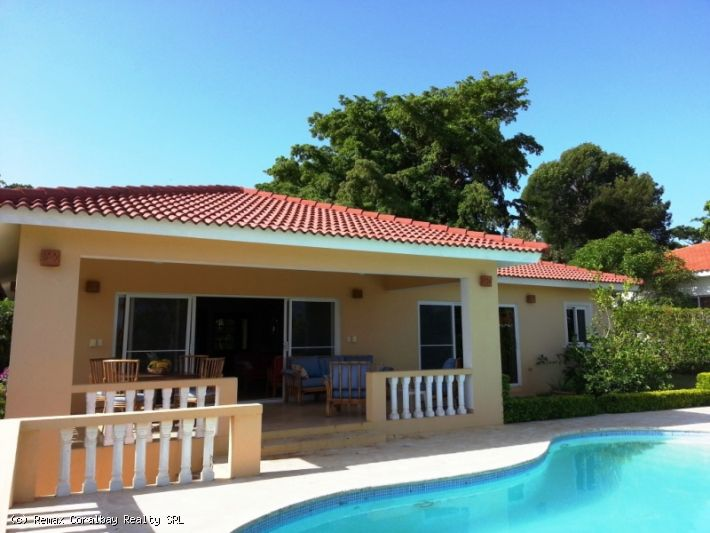 Beautiful Hillside Villa 4BR, 3 bath with Views, Private Garden and Salt Water Pool
